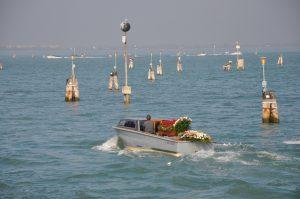 Fahrt mit dem Boot zu einer der Inseln in Venedig Friedhofsinsel San Michele Venezia