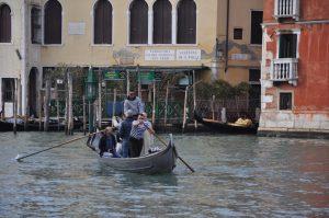 Fahrt mit der Gondel über den Canal Grande von San Toma in Venedig Venezia