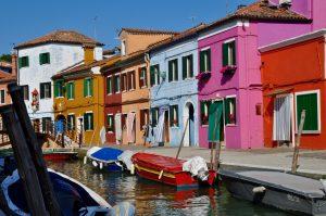 Kanal vor farbenfrohen Häusern auf einer der Inseln in Venedig Venezia Burano