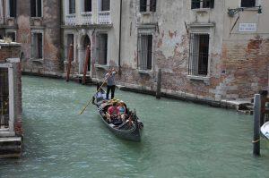 romantische Gondelfahrt in einem kleinen Kanal in Venedig