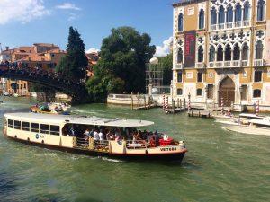 Fortbewegung mit dem Vaporetto ACTV in Venedig Venezia