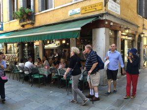 Die kleine Bar Luciano bei San Marco in Venedig zum Apertitif