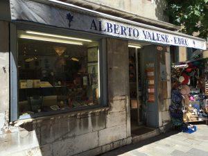 einkaufen von marmoriertem Papier und Schreibwaren bei Alberto Valese Ebru in Venedig