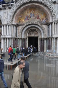 Acqua Alta oder Hochwasser in Venedig vor der Basilika di San Marco