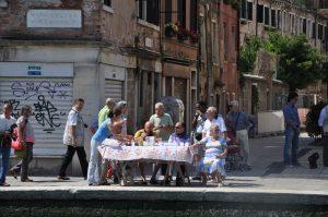 Veranstaltungen in Venedig Vogalonga mit Zuschauern am Kanal