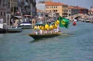Veranstaltungen in Venedig Vogalonga Boot auf Kanal