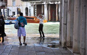 Acqua Alta oder Hochwasser in Venedig am Fischmarkt von Rialto