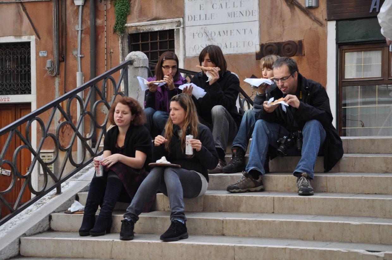 Respekt vor Venedig haben diese Touristen nicht sie machen Picknick auf einer Treppe